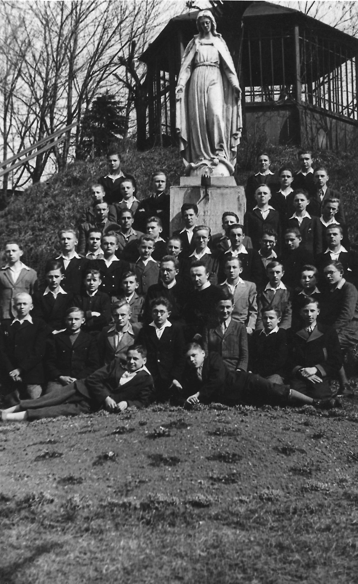 Uczniowie tajnego juwenatu wKrakowie-Podgórzu jesienią 1944 r.